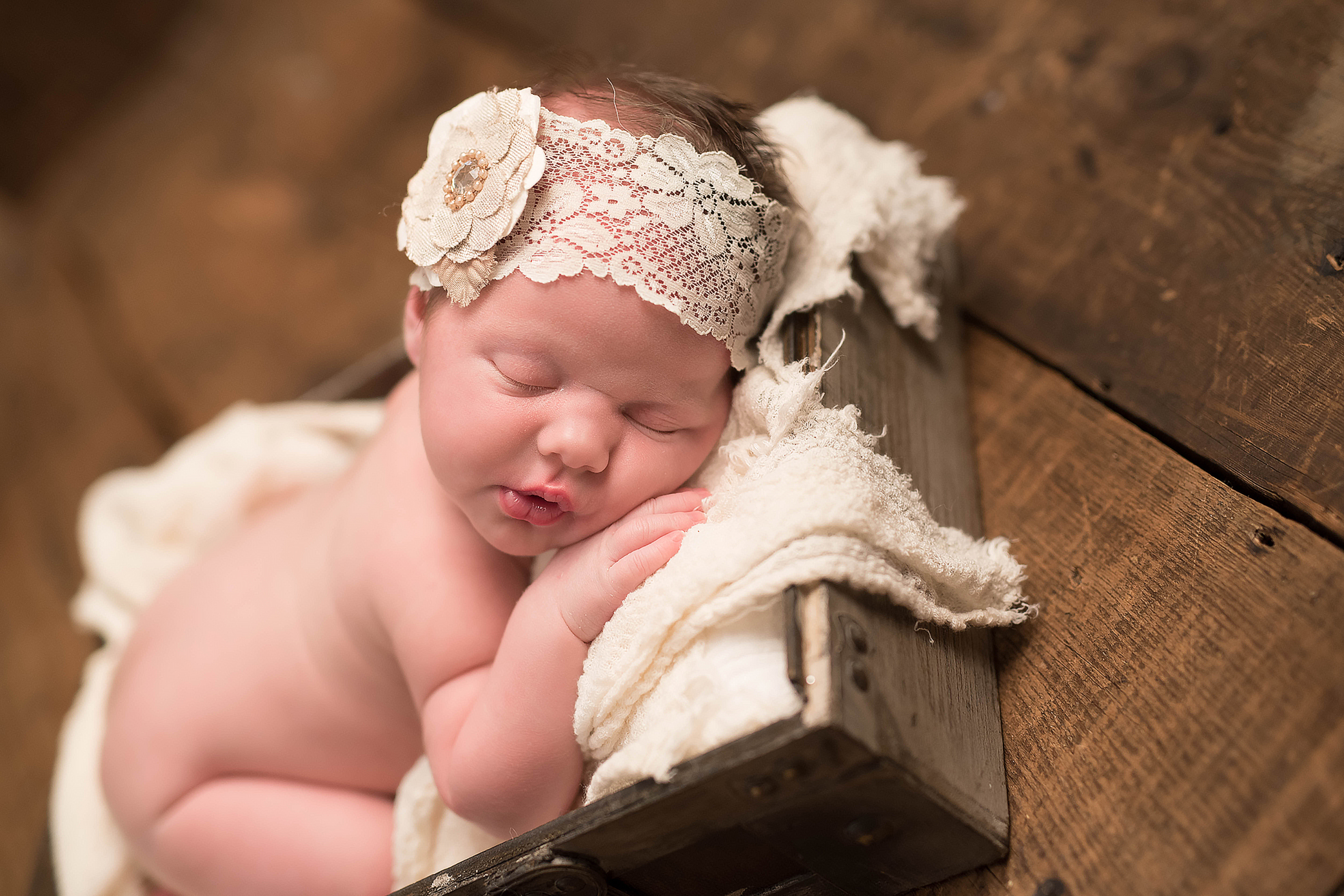 Infant and newborn photography Pittsburgh. Julie Bradley is Pittsburgh