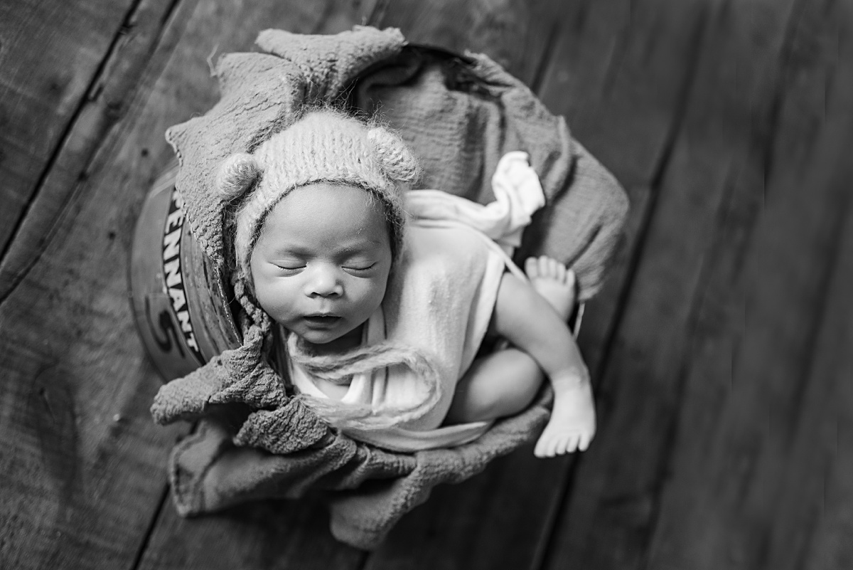 Tiny Newborns - Photography in Pittsburgh PA. Baby photographer Jules Bradley is Pittsburgh